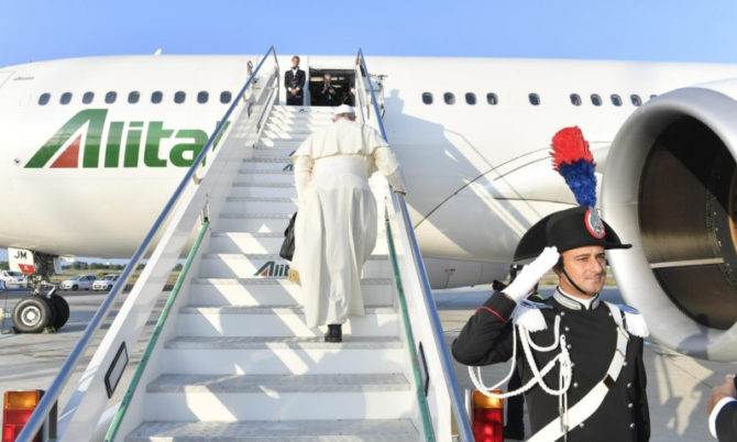 Papa Francesco in visita a un centro contro l'Aids in Mozambico